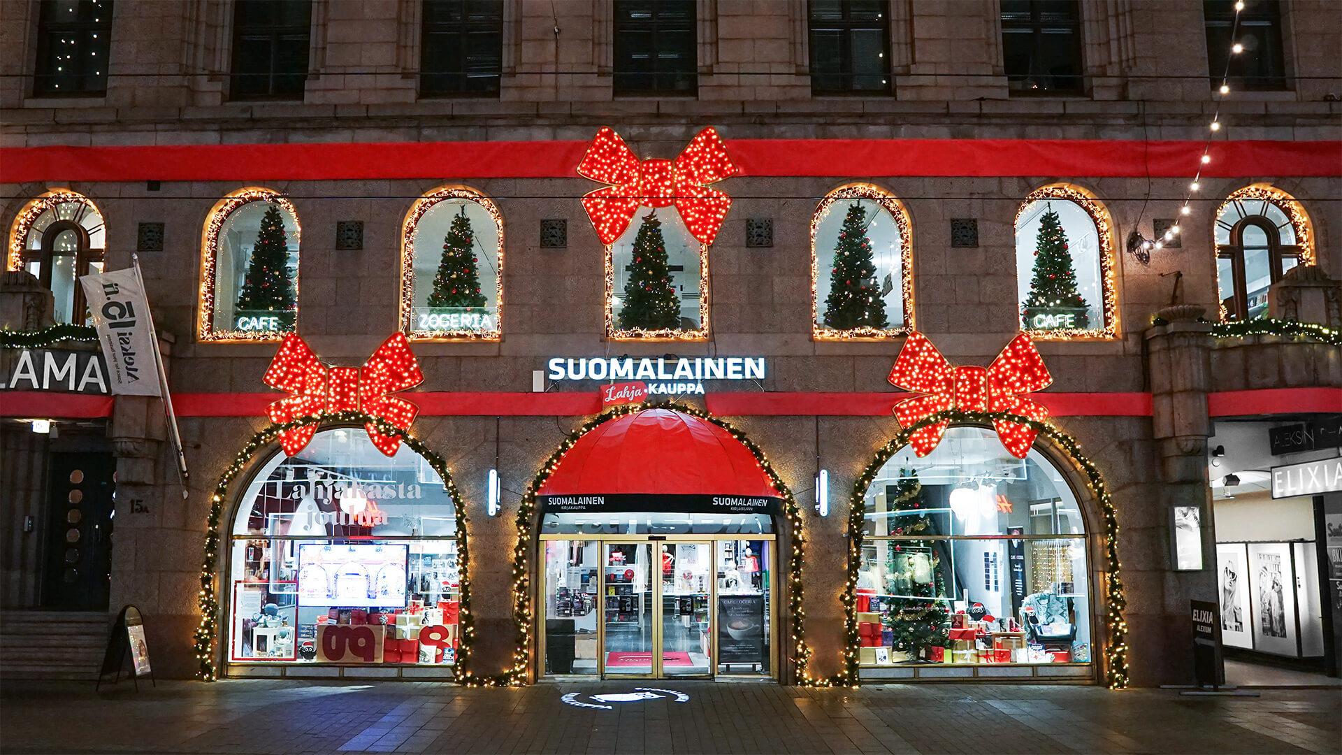 Suomalaisen kirjakaupan jouluinen visuaalisuus kuvattuna kadulta.